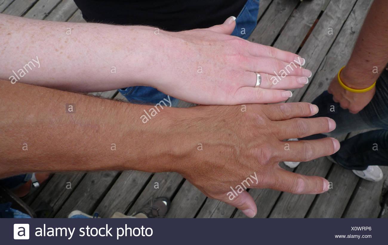 Confronto di un conciate e un braccio non abbronzata di due persone caucasoid Immagini Stock