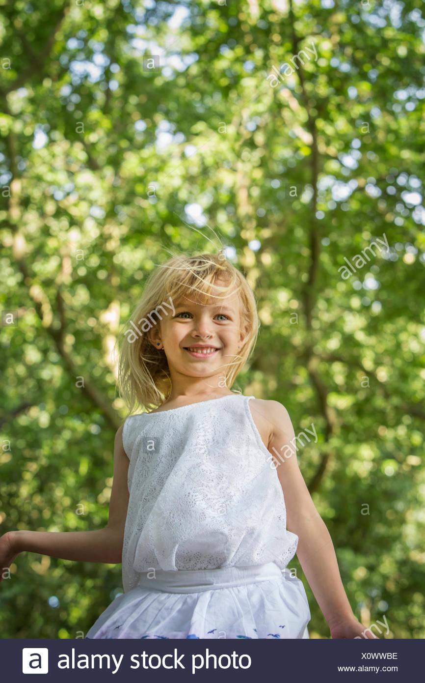 Ragazza giovane giocando in una foresta. Immagini Stock