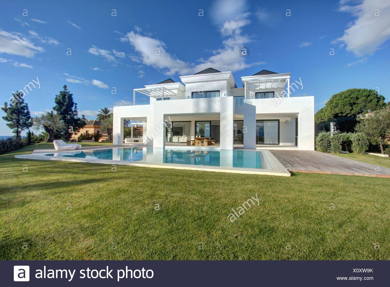 La piscina ed il prato di fronte della grande villa for Villa moderna con piscina