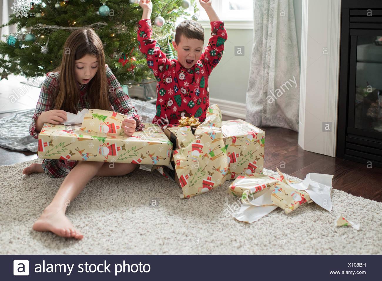 Regali Di Natale Fratello.Fratello E Sorella Di Aprire I Regali Di Natale Foto Immagine