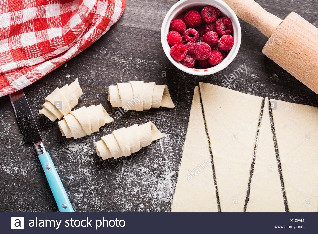 Fare croissant fatti in casa ripieni di lamponi dolce Immagini Stock