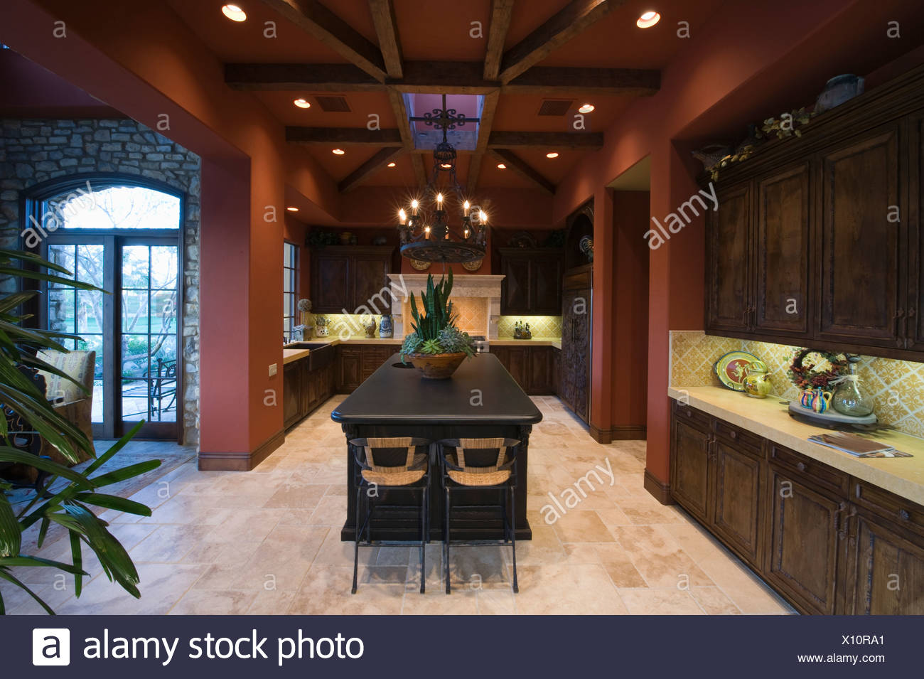 Il legno scuro e soffitti con travi a vista di palm springs cucina