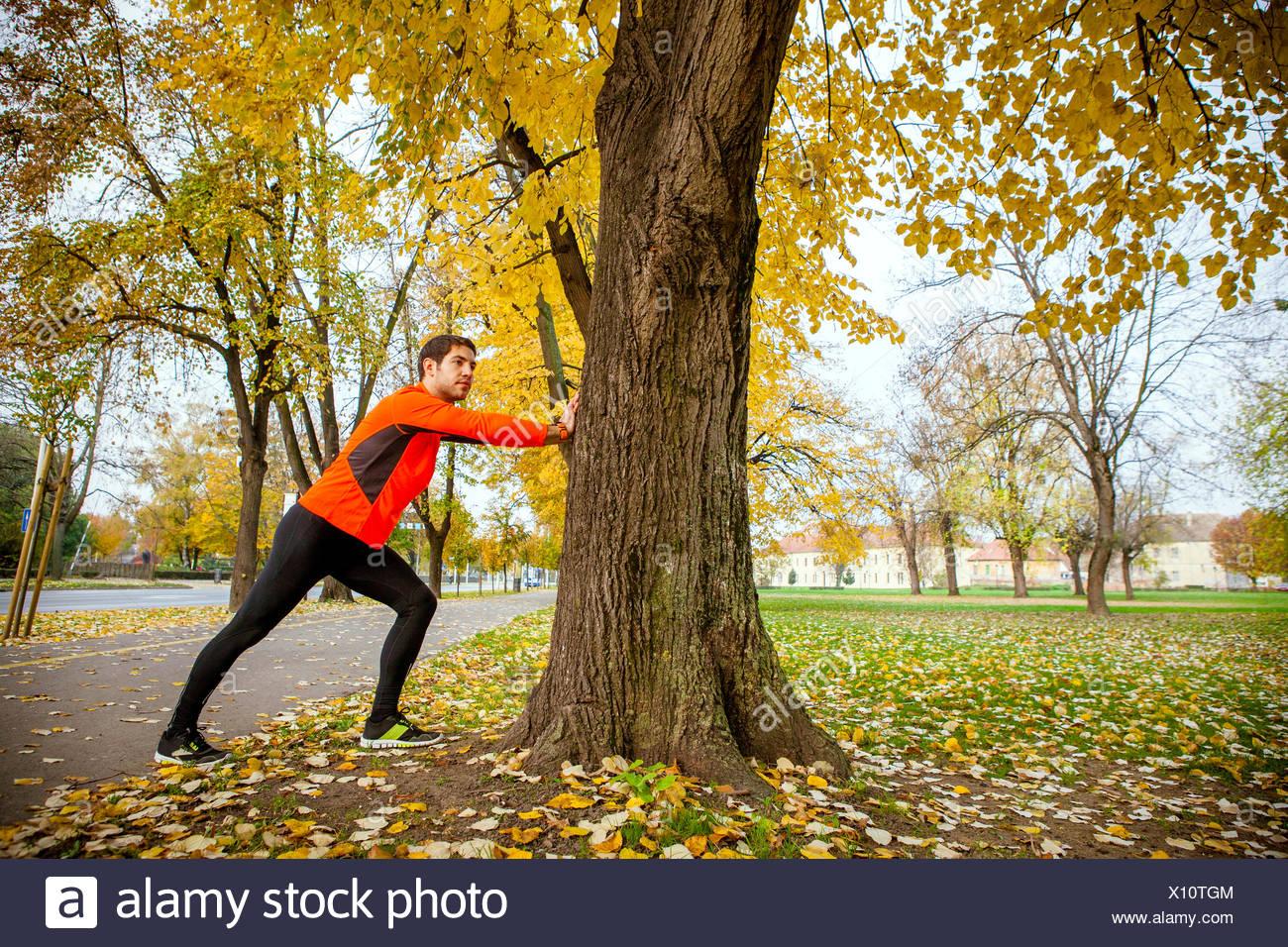 Runner maschio di stretching e di riscaldamento Immagini Stock