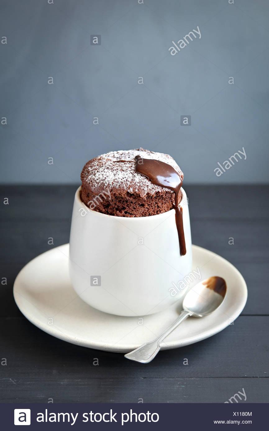 In casa individuale souffle al cioccolato Immagini Stock