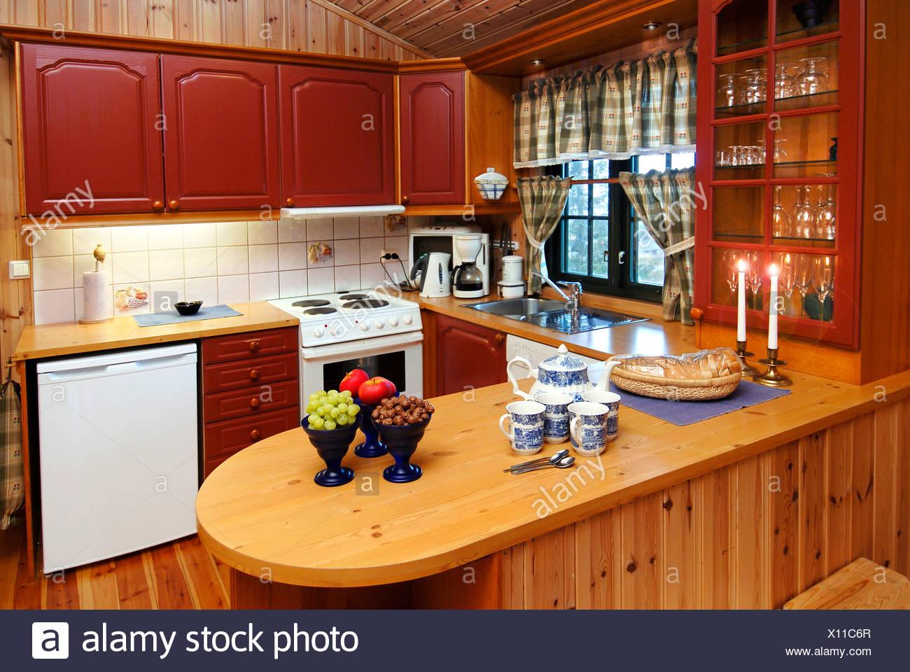 Cucine Con Bancone In Legno : Vista del bancone in legno marrone con armadi in cucina a casa foto