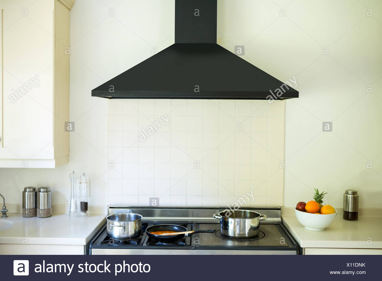 Cucina moderna con un camino di induzione e cucina Foto ...
