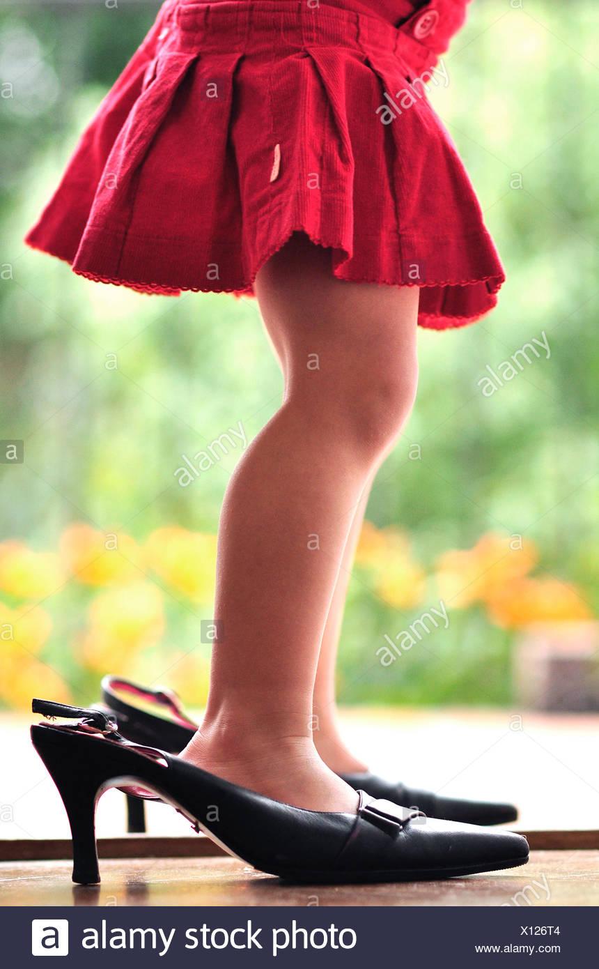 Le gambe di una ragazza (2-3) in tacchi alti Immagini Stock