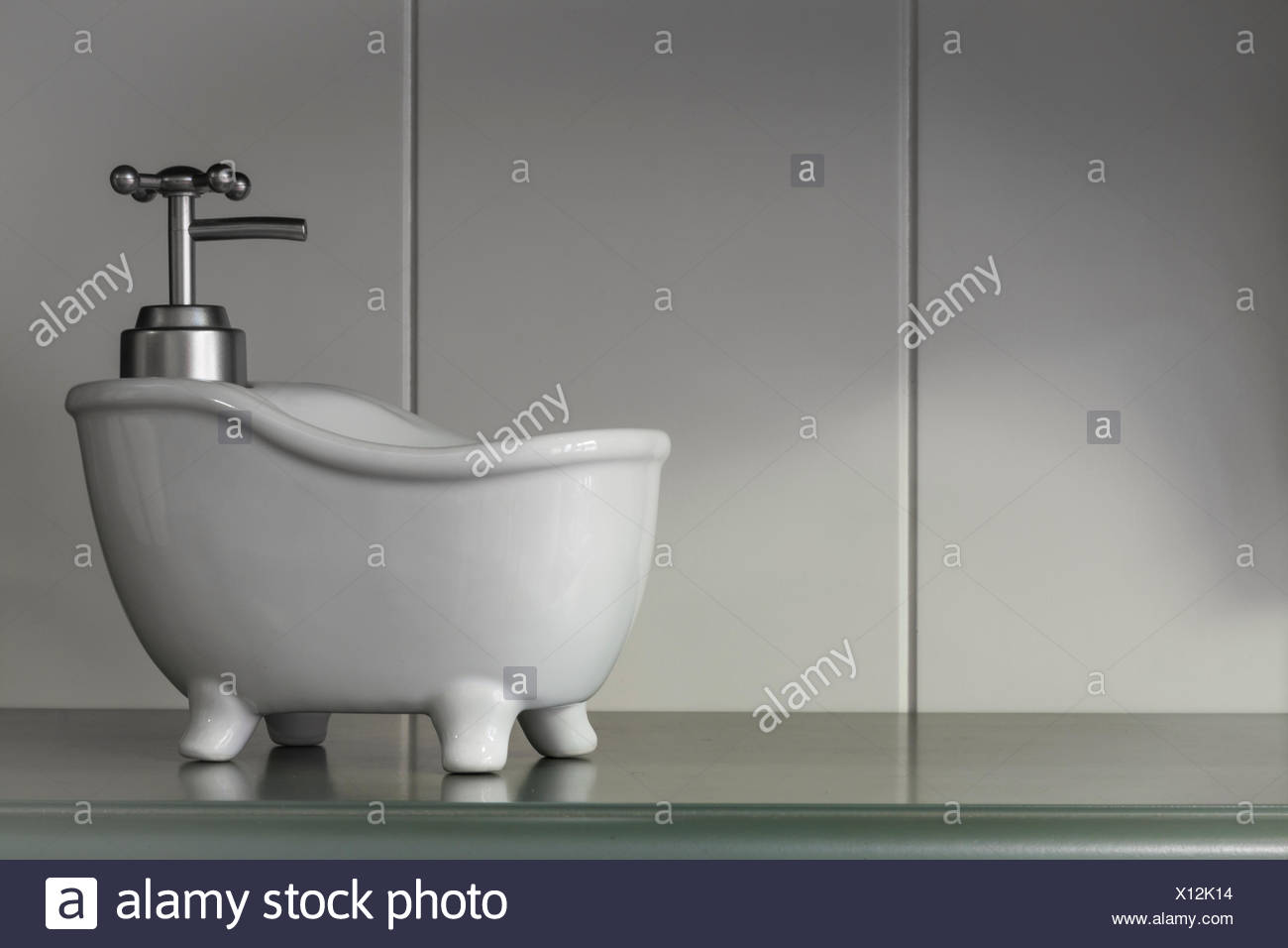 Vintage piccola vasca da bagno dispenser di sapone sul pannello di