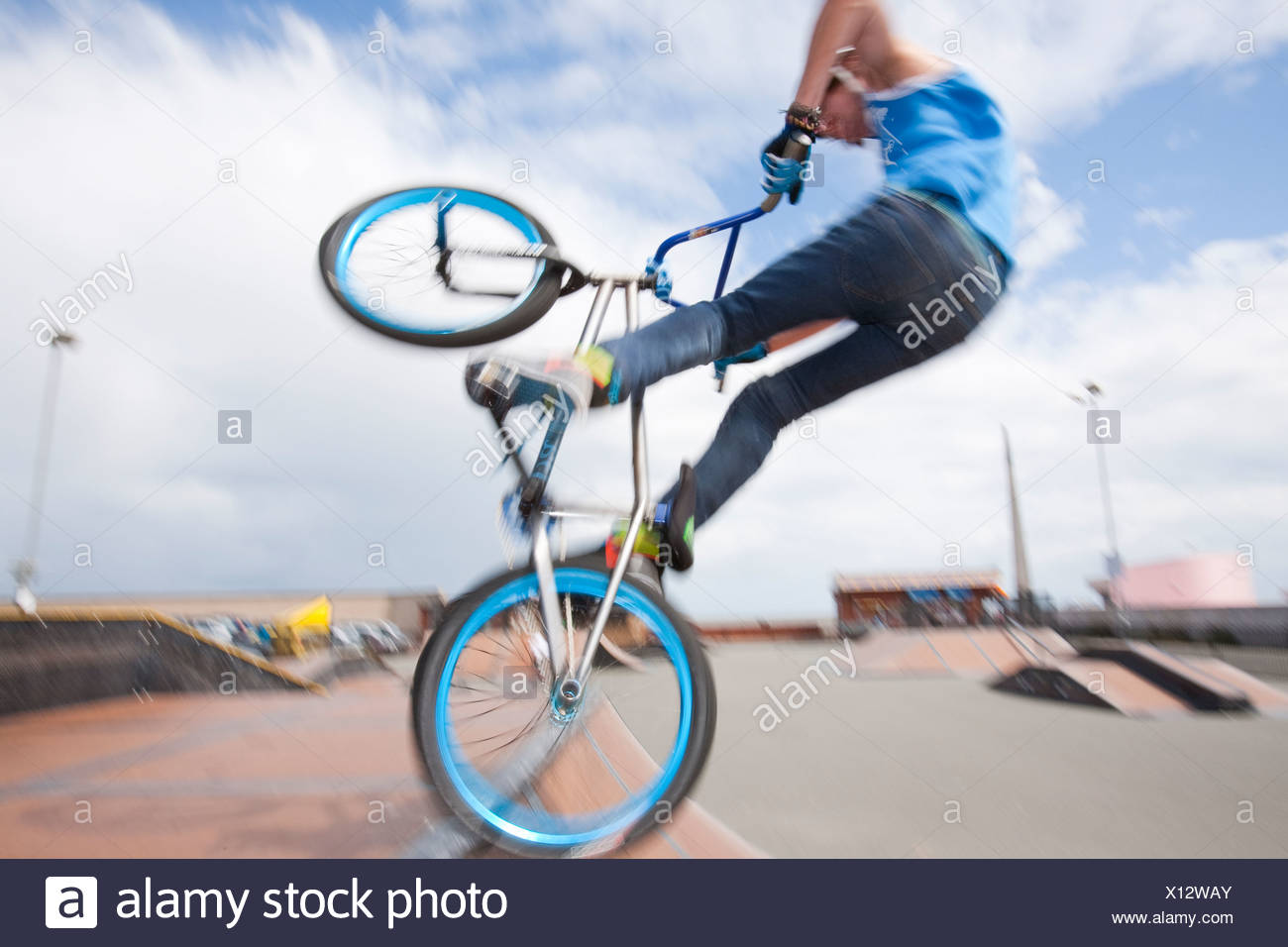 Ragazzi Adolescenti Eseguire Acrobazie Aeree Su Bmx Biciclette