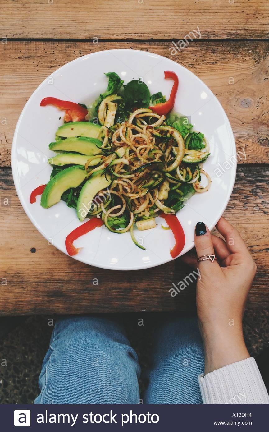 Elevato angolo di visione della donna mangiare tagliatelle al tavolo Immagini Stock
