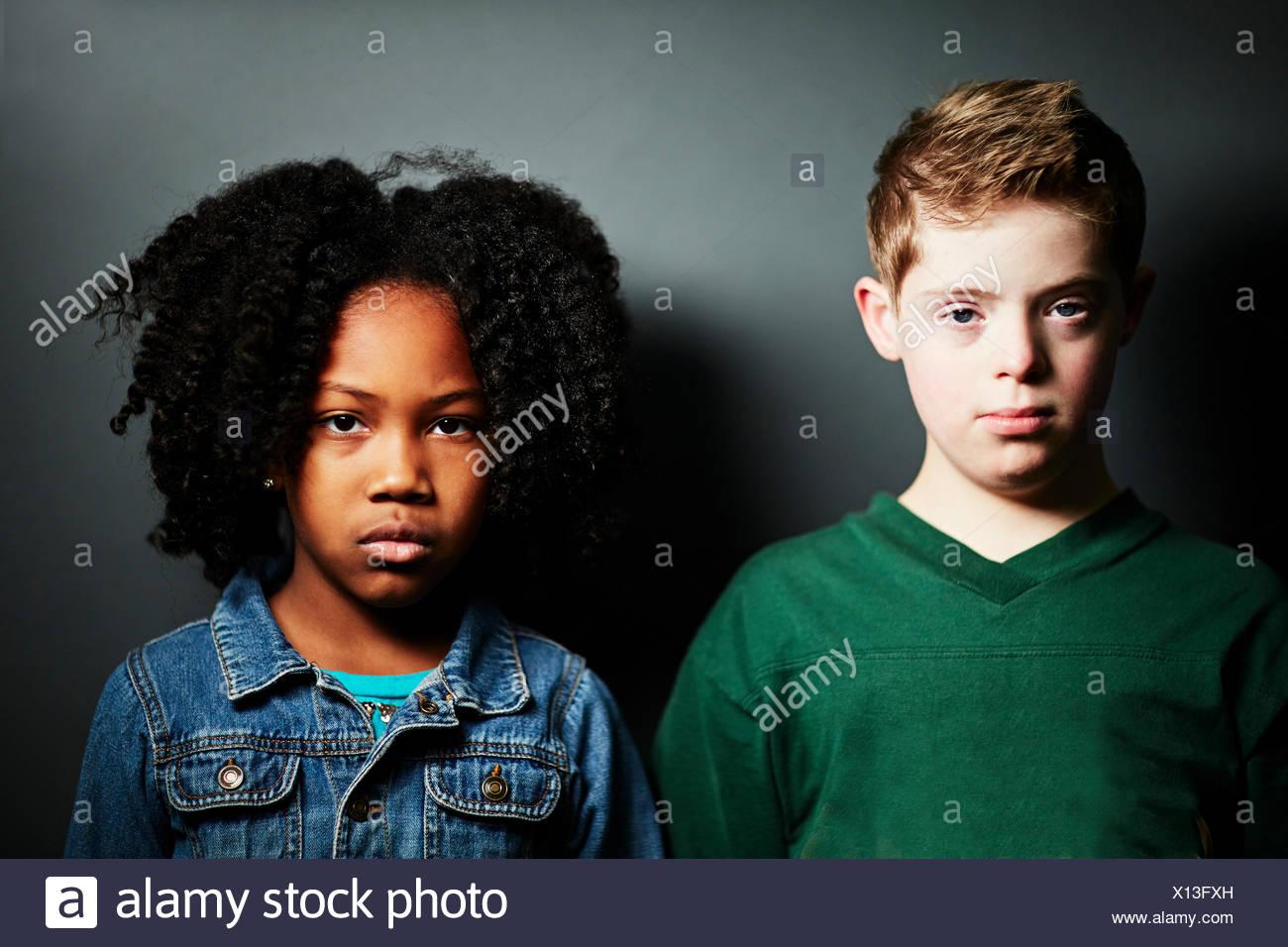 Ritratto di un ragazzo e una ragazza cerca gravi Immagini Stock