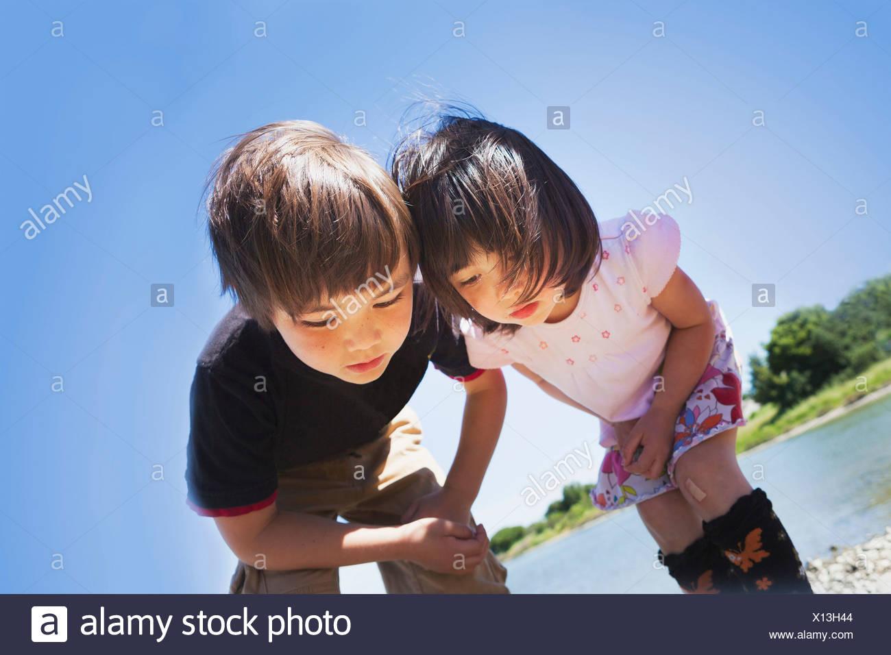 Un ragazzo e una ragazza che guarda qualcosa Immagini Stock