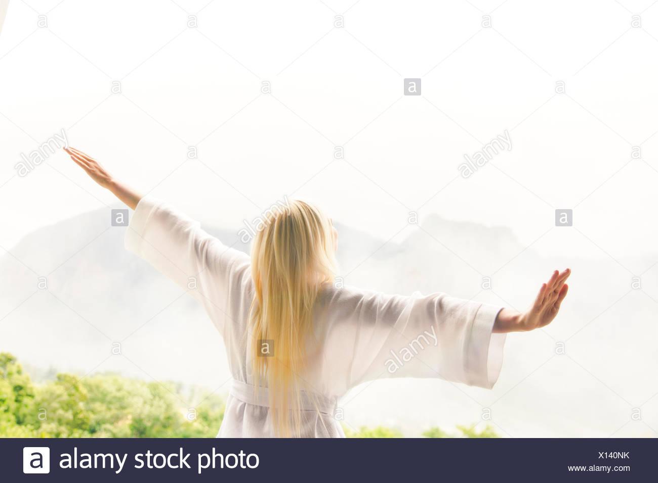 Donna in accappatoio affacciato sul paesaggio Immagini Stock