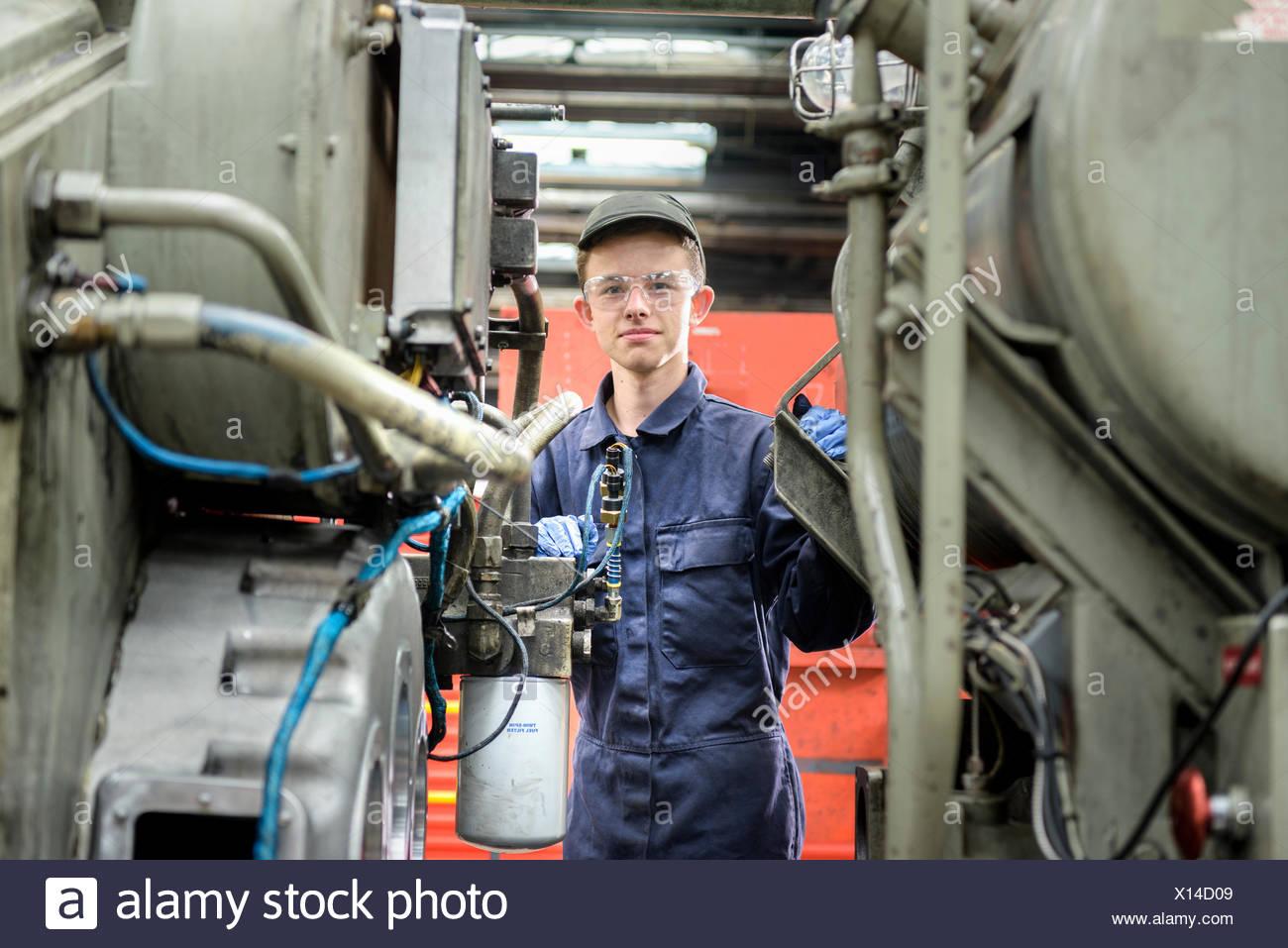 Ritratto di giovane apprendista ingegnere locomotiva in treno funziona Immagini Stock