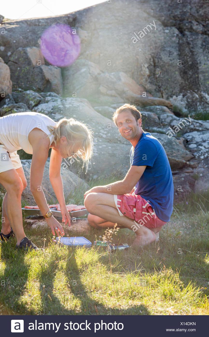 La Svezia, Svedese West Coast, Halland, Kungsbackafjorden, coppia di cottura degli alimenti su barbecue grill Immagini Stock