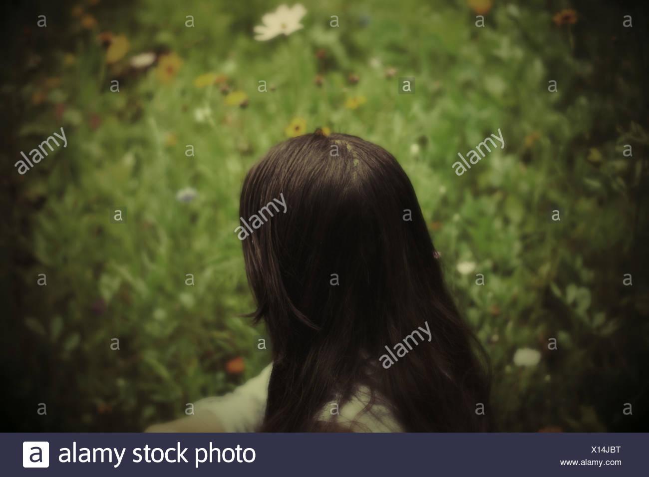 Donna seduta in giardino Immagini Stock