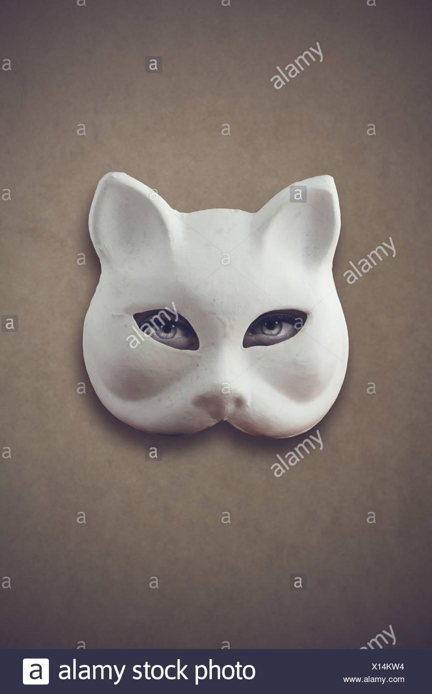 Misteriosa donna: Occhi di donna con una maschera di gatto Immagini Stock