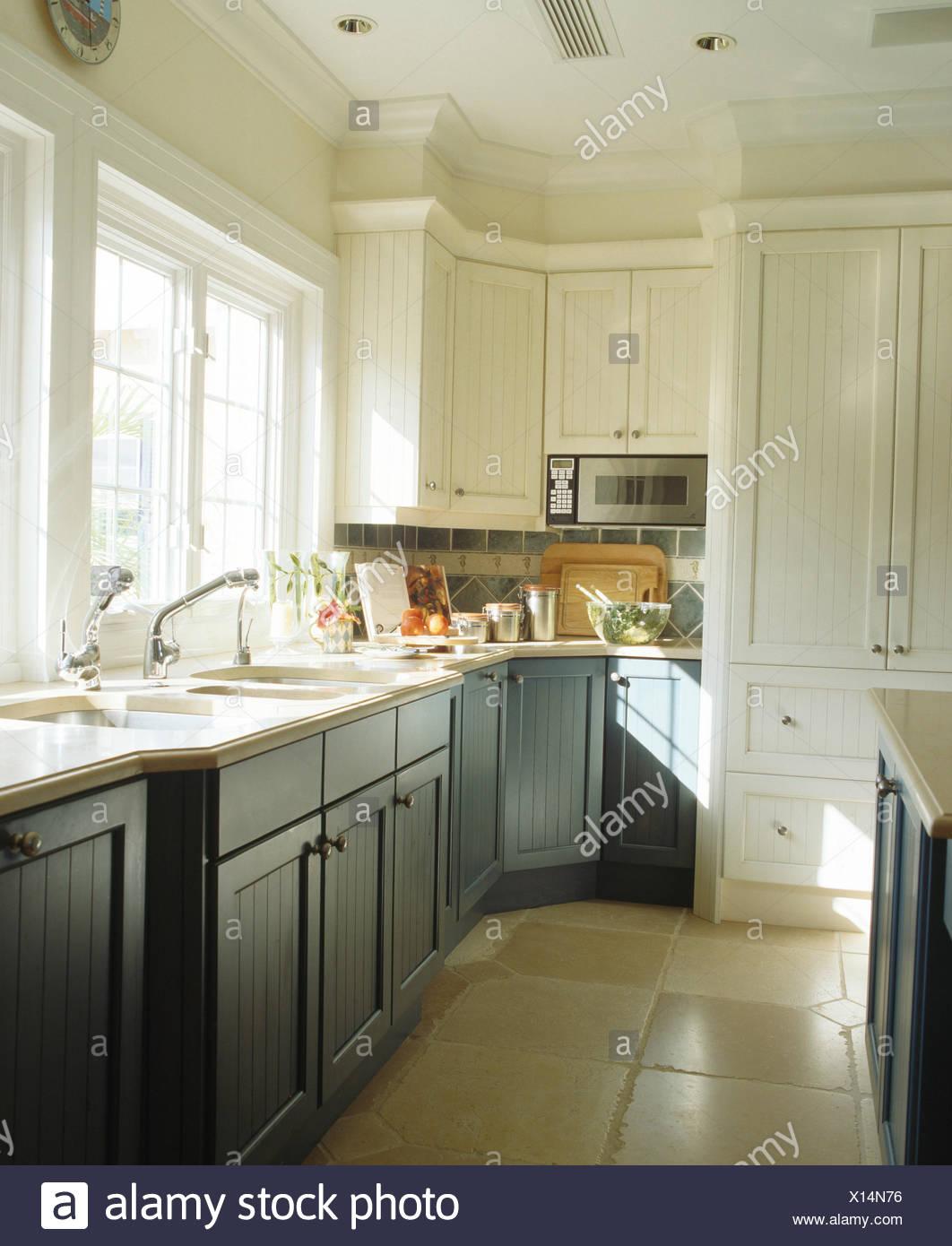 Colore grigio-blu montati armadi in bianco la cucina con pavimento ...