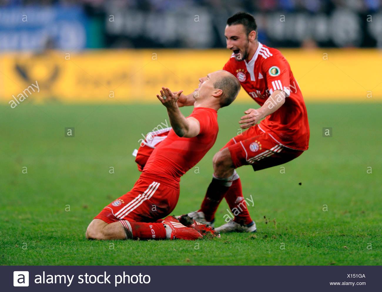 Arjen Robben il tifo dopo il suo obiettivo 0-1, insieme con Diego Contento, DFB tedesco di calcio Federation Cup semifinale Immagini Stock