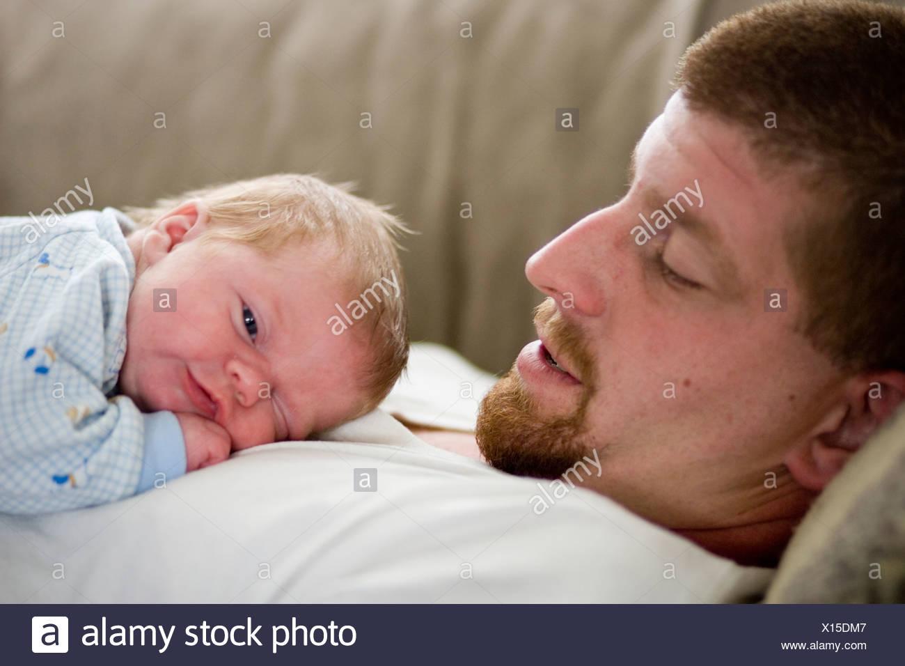 Un ragazzo infantile e suo padre l'incollaggio. Immagini Stock