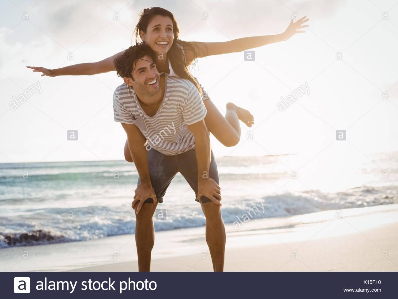 Uomo Donna dando piggyback ride Immagini Stock