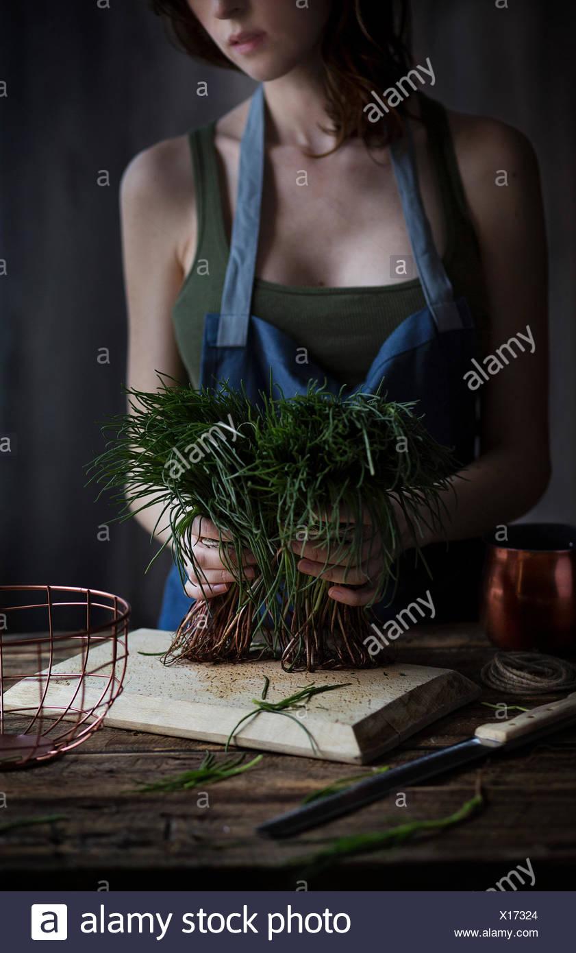 Donna che mantiene agretti, un tipico italiano verdure a molla Immagini Stock