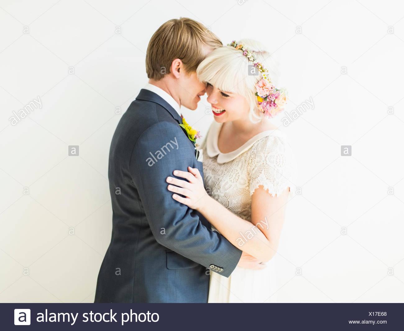 Sorridente sposa giovane abbracciando Immagini Stock