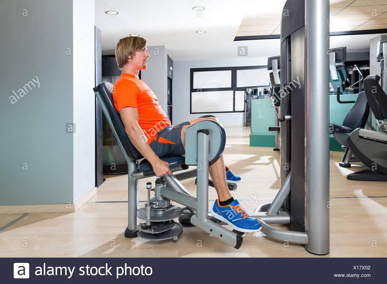 Hip Abduction Bionda Uomo Esercizio In Palestra Indoor Gambe Apertura Di Allenamento Foto Stock Alamy