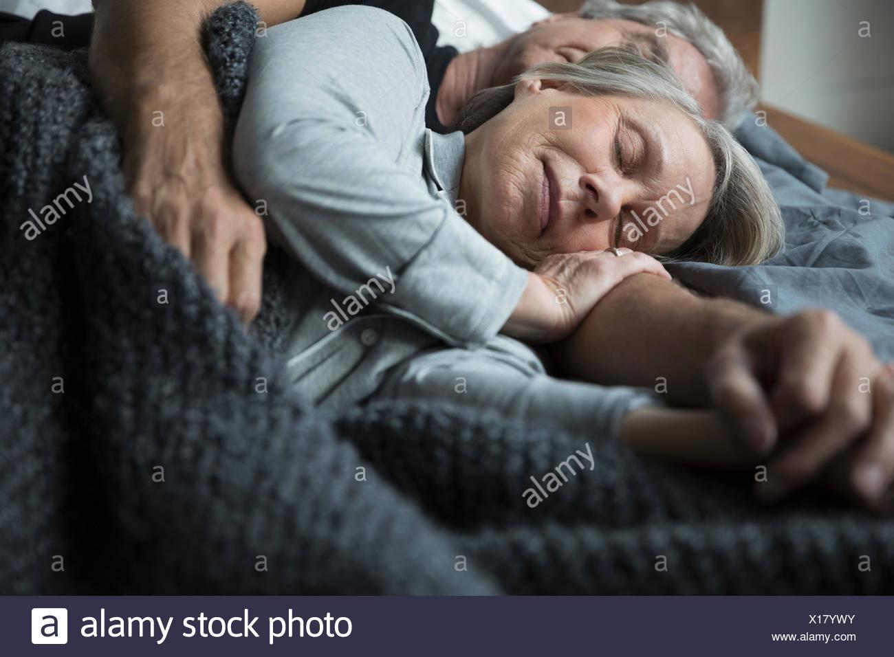 Serena coppia senior dormire nel letto Immagini Stock