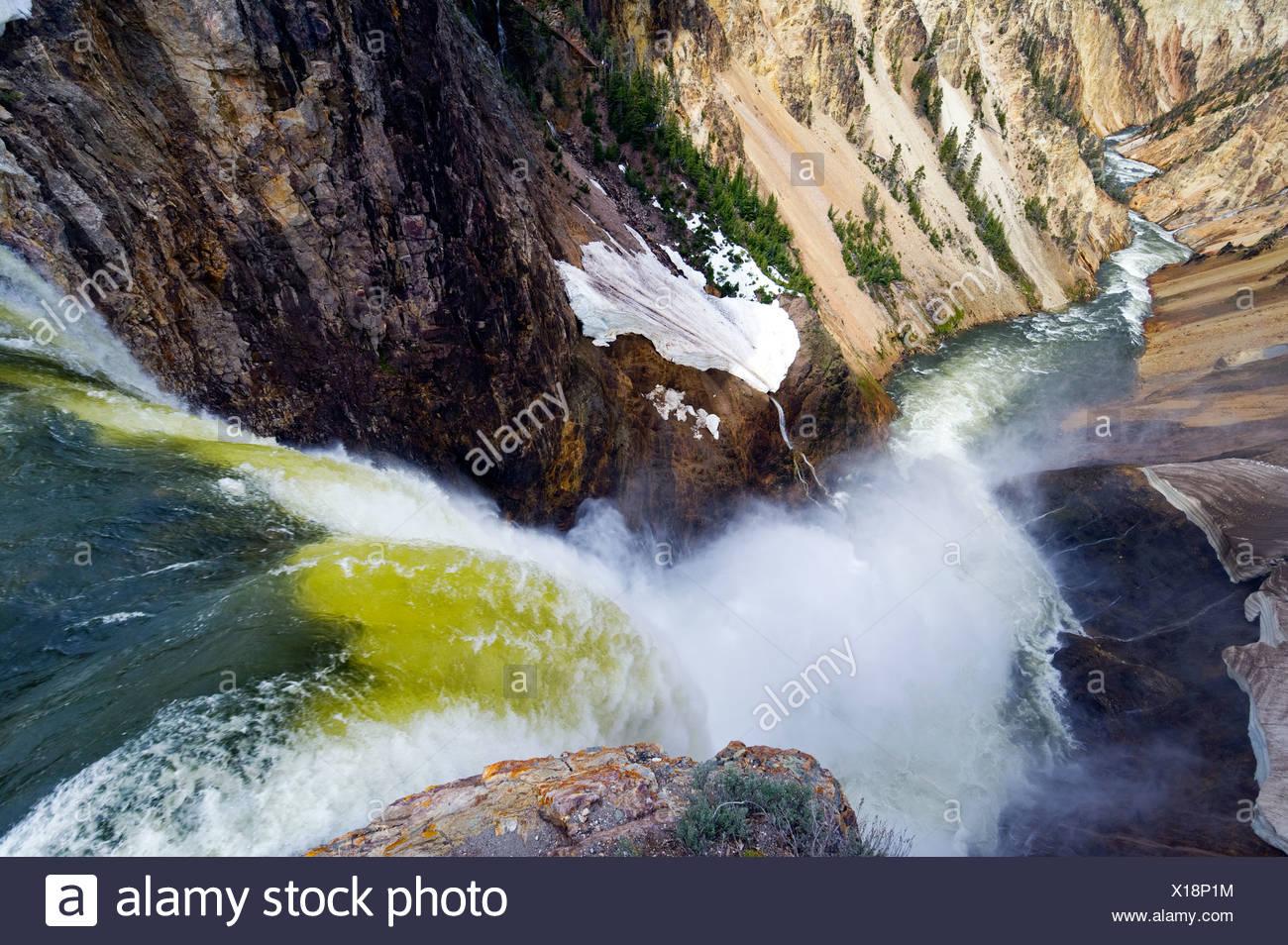 Abbassare Yellowstone Falls cascate nella valle sottostante nel Parco Nazionale di Yellowstone, Wyoming. Immagini Stock