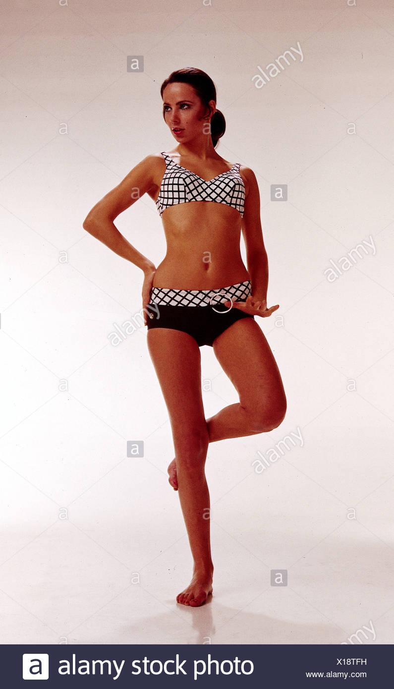 La moda degli anni sessanta, modello indossando un bikini a piena ...