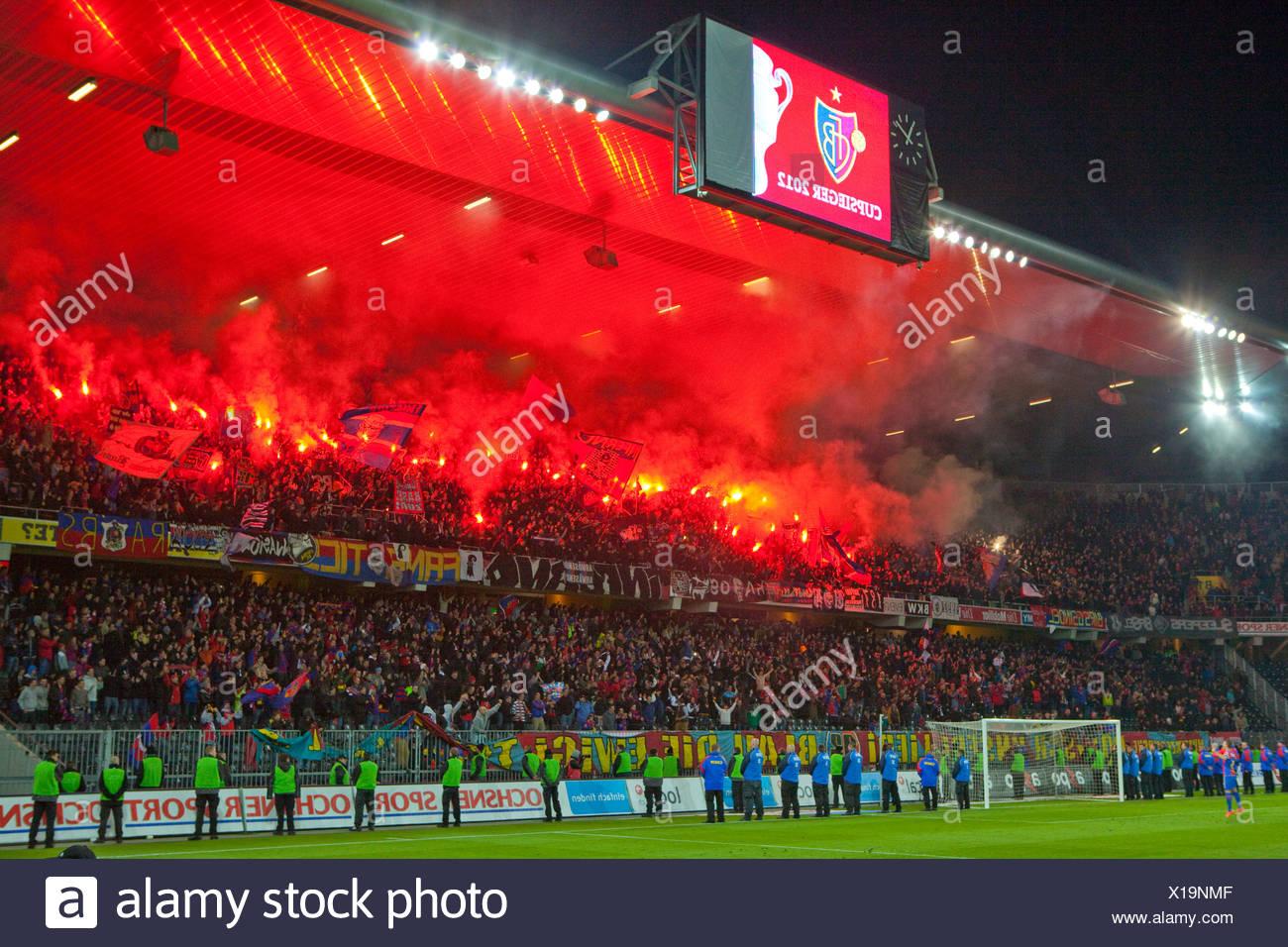 Fuochi d'artificio, Stade de Suisse, stadio Cup-finale, Canton Berna, disposizione, football, calcio, spettatore, fumo, ventole, Svizzera Immagini Stock
