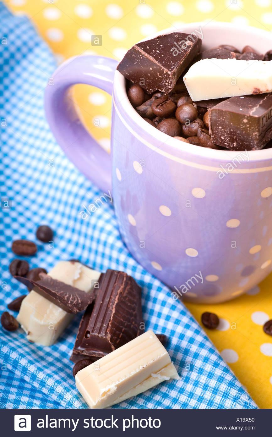 Cup con i chicchi di caffè e cioccolato Immagini Stock