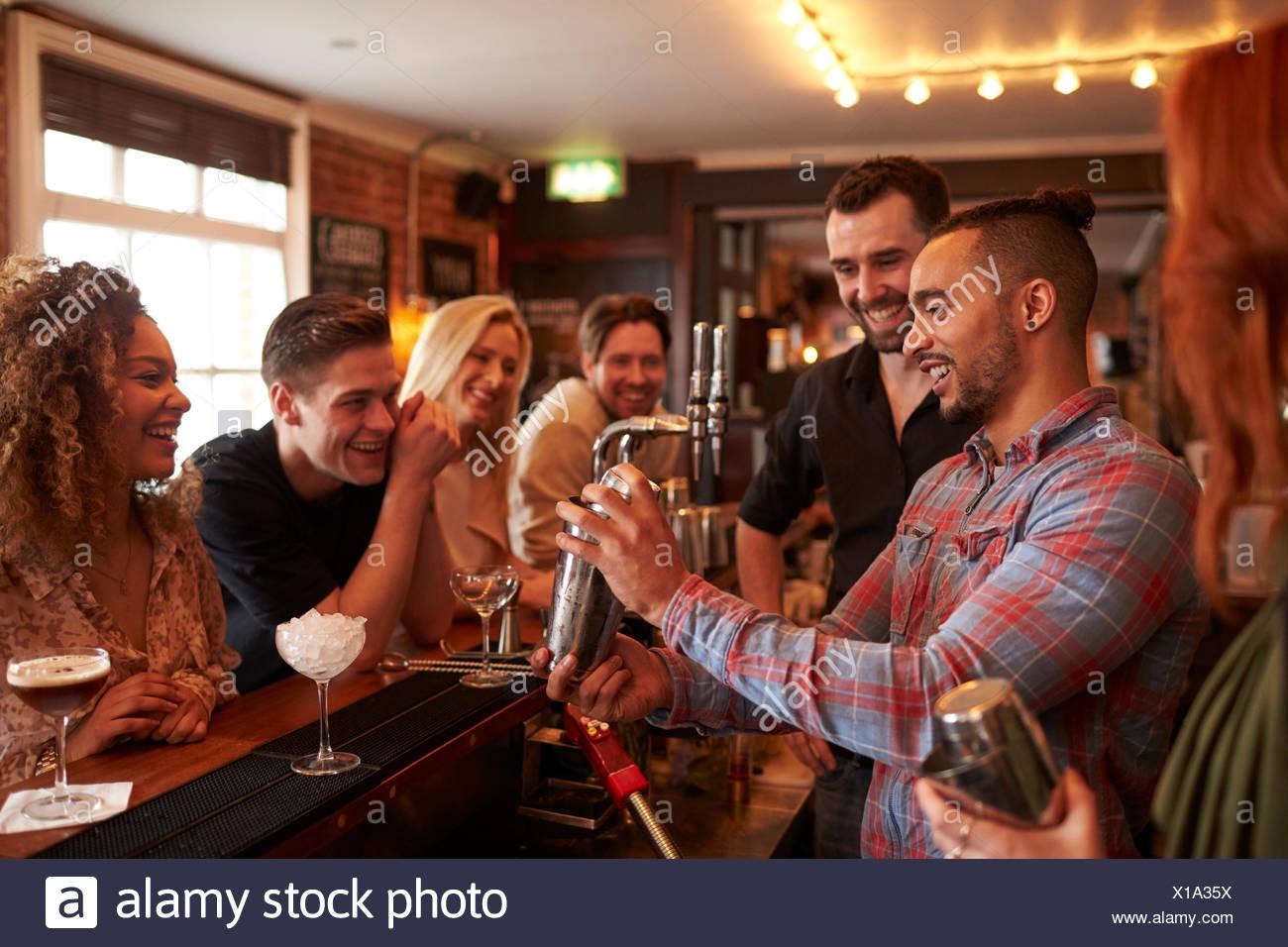 L'uomo imparando a mescolare Cocktail alla lezione in bar Immagini Stock