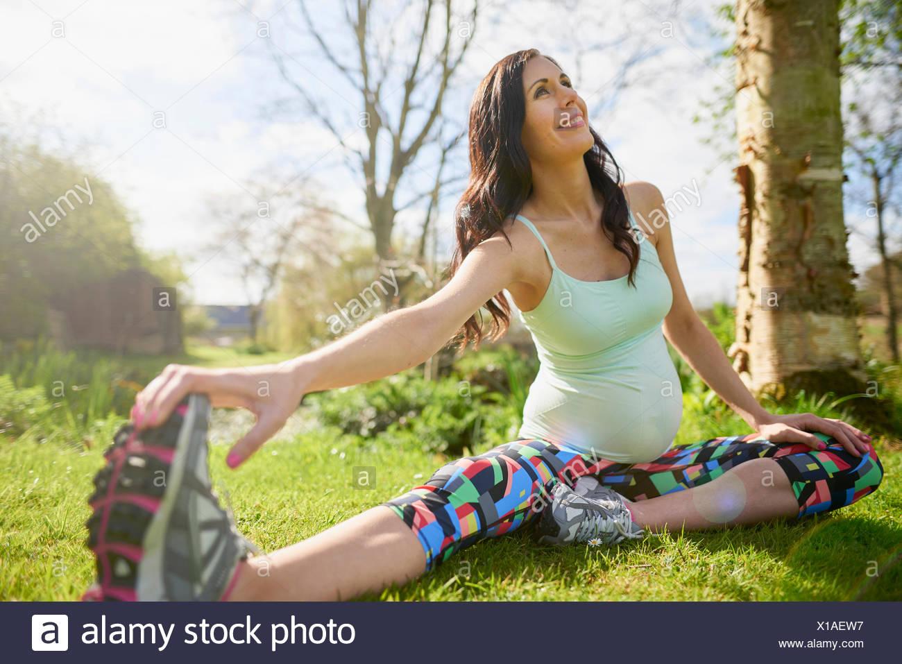 Donna incinta esercizio all'aperto, stretching Immagini Stock