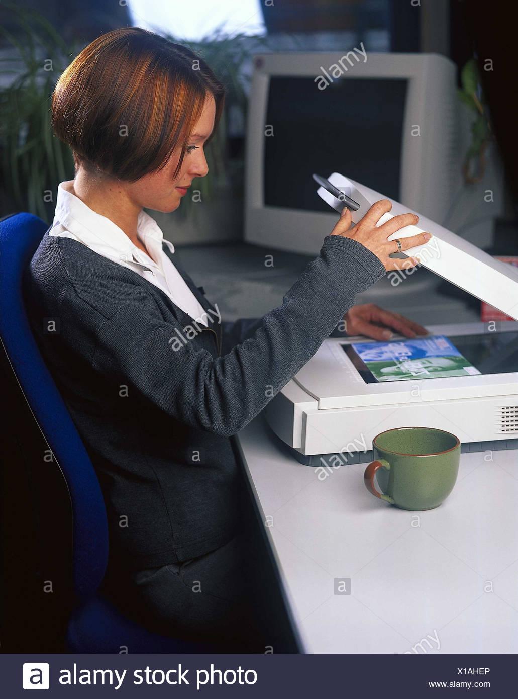 Scrivania donna giovane schermo piatto scanner modello for Ufficio lavoro
