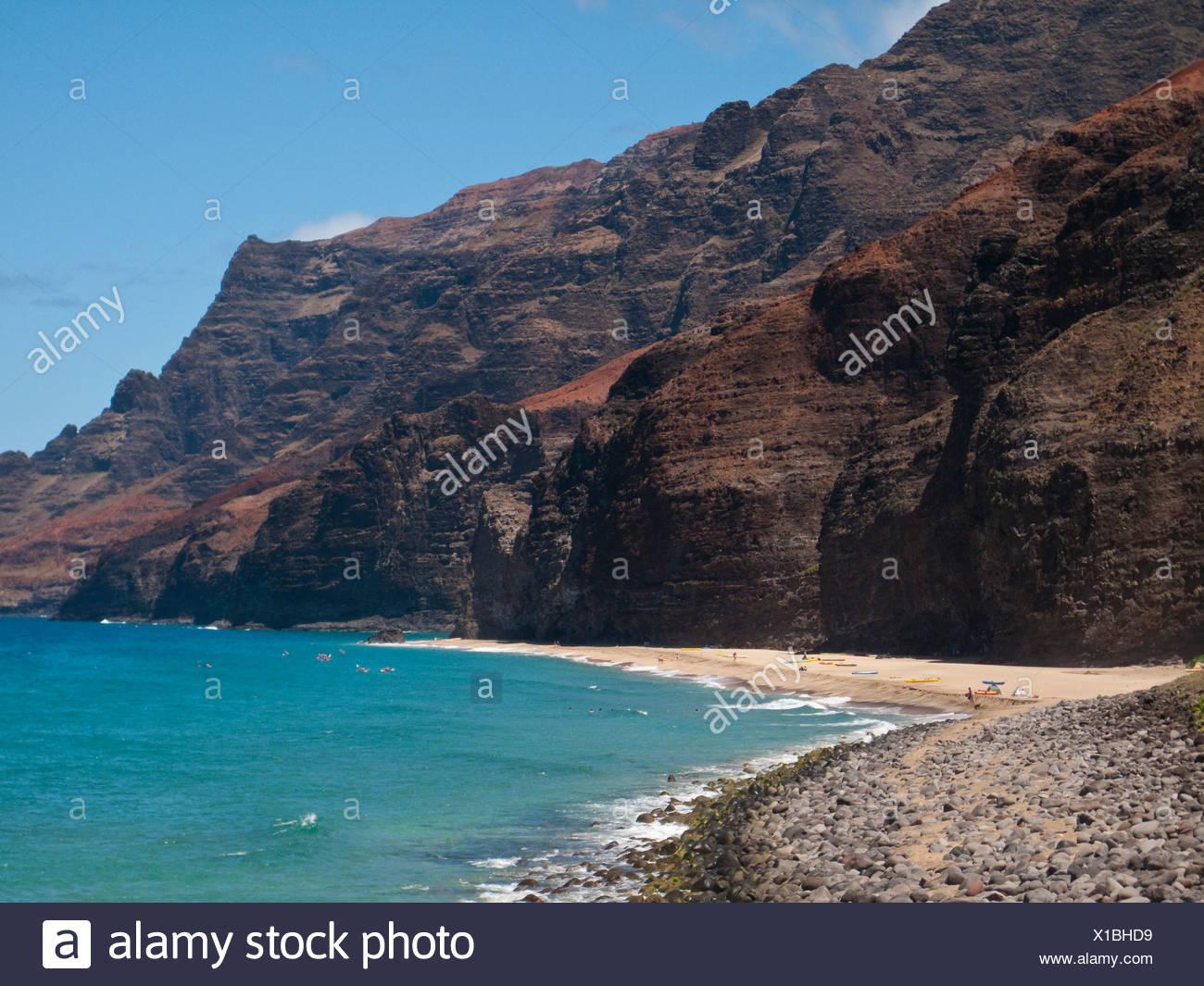 Kalaua beach in una giornata di sole nei pressi di scogliere sulla costa di Na Pali, North Shore di Kauai Foto Stock