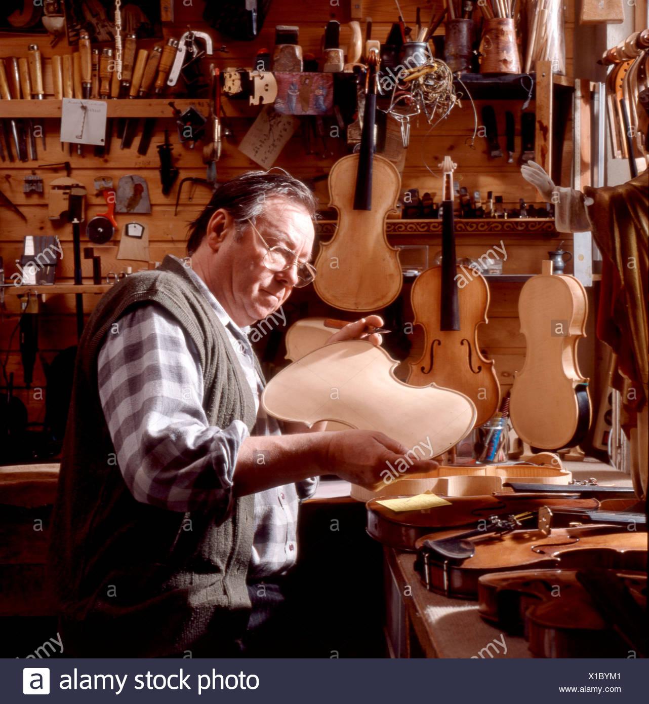 Geigenbauer beim Zusammenbau einer Geige Immagini Stock