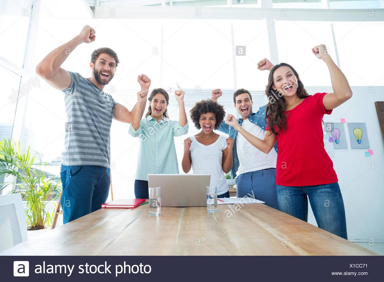 Happy business team con i pugni in aria Foto Stock