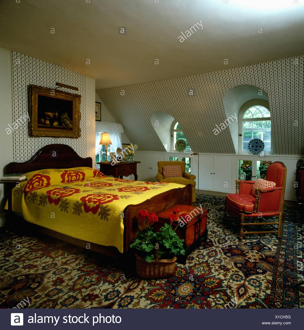 Camere Da Letto Anni 80 giallo e rosso floral mosaico sul letto in camera da letto