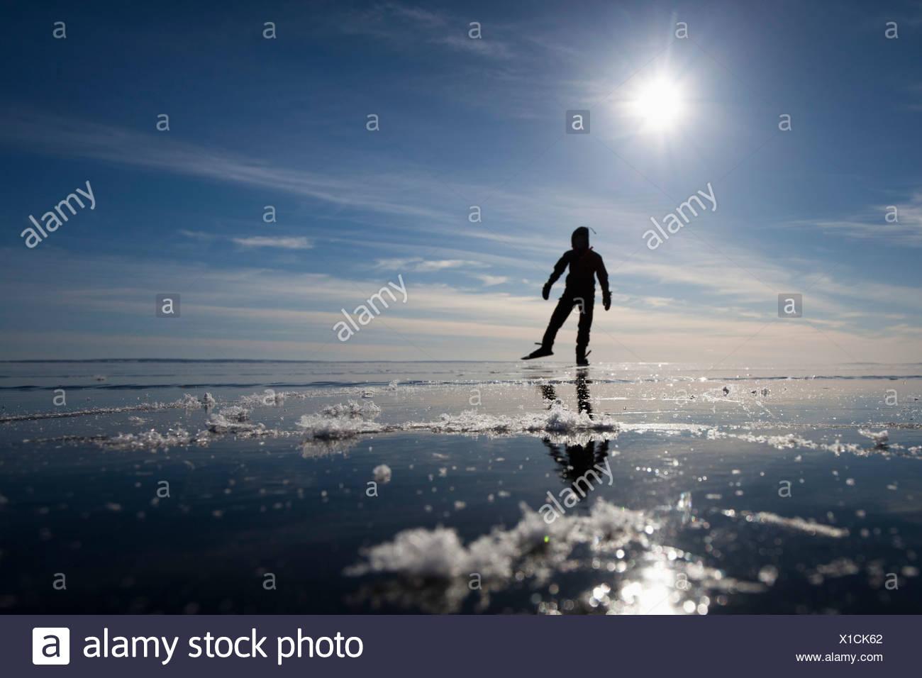 Pattinatore su ghiaccio in controluce Foto Stock