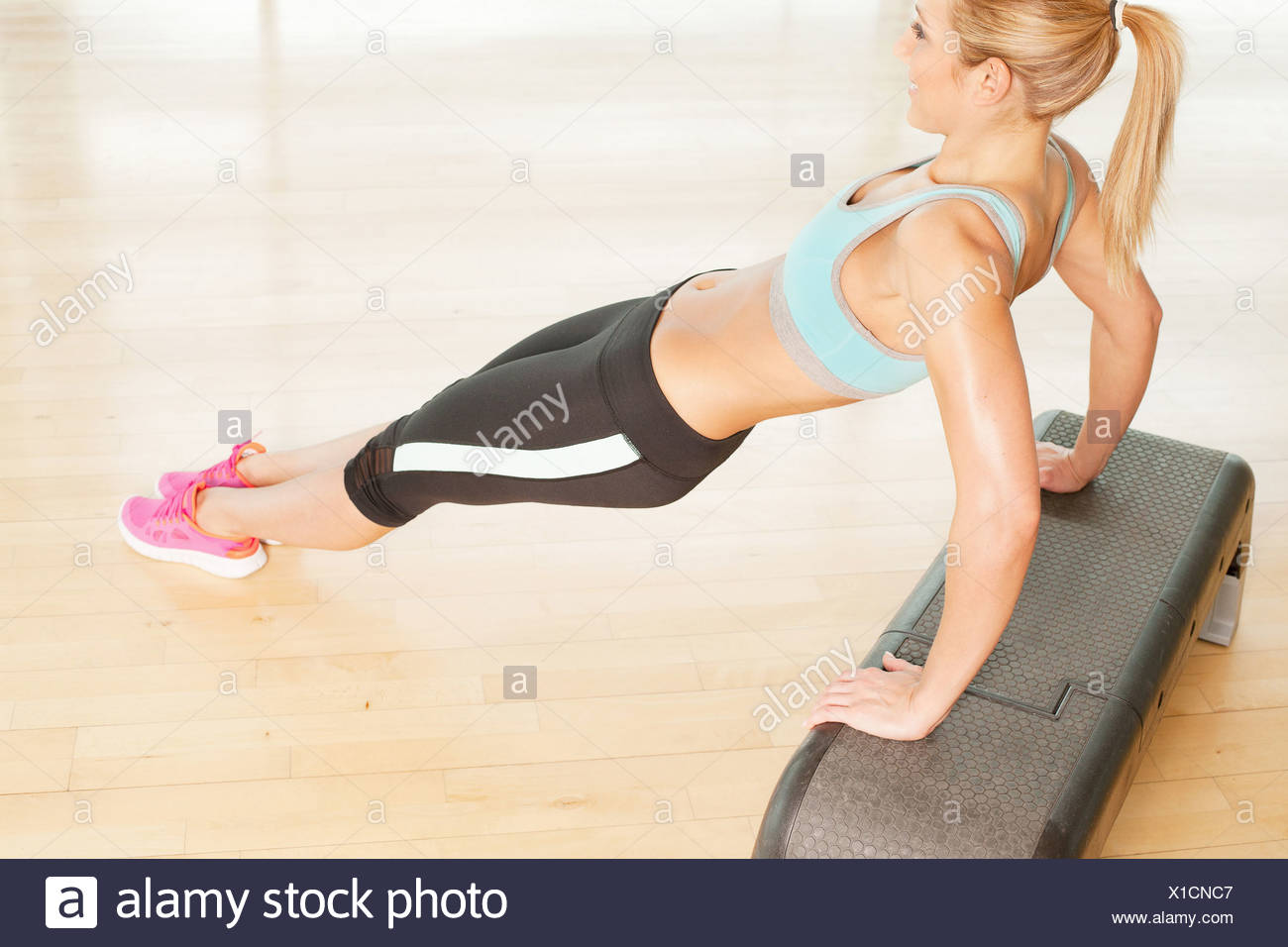 La donna si allunga a passo Immagini Stock