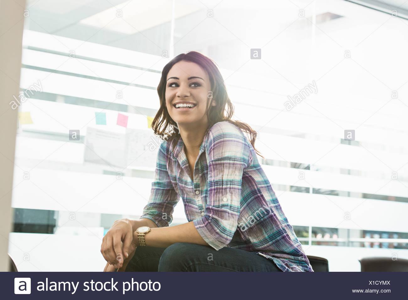Ritratto di fiducioso giovane imprenditrice in office Immagini Stock
