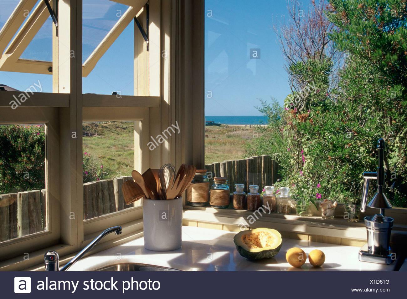 Cucina finestre sulla baia di mestoli lavello verdure al mare Foto ...