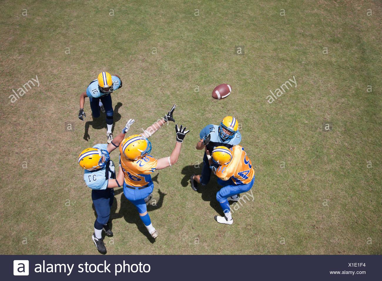 Giocatore di calcio giocando a calcio Immagini Stock