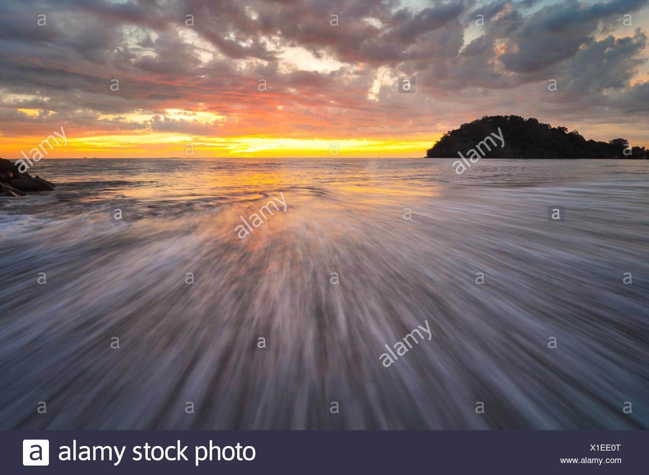 Indonesia Padang, Taplau Beach, onda e al tramonto Immagini Stock