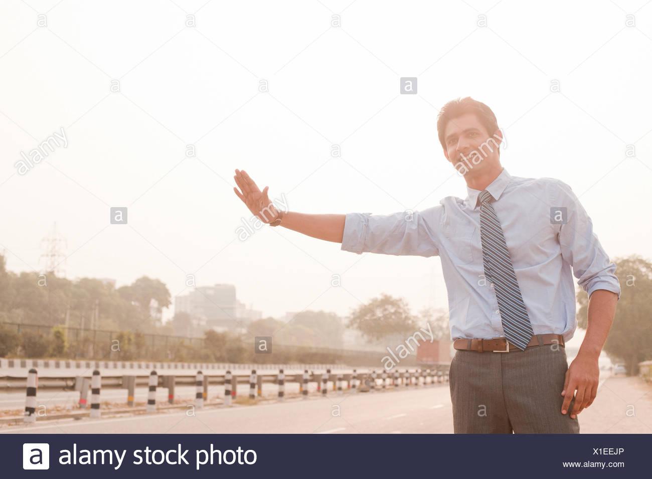 Imprenditore autostop, Gurgaon, Haryana, India Immagini Stock