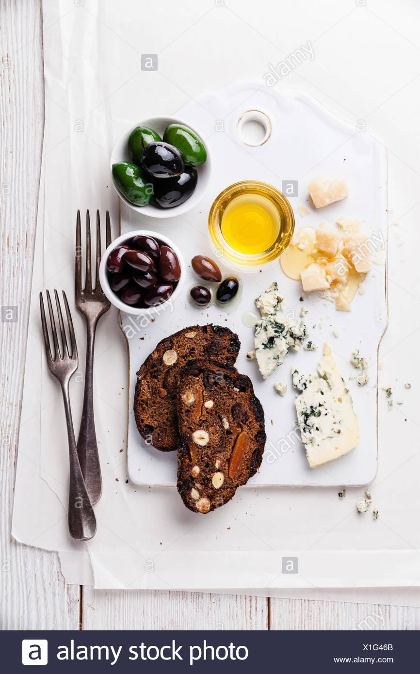 Antipasto di formaggio con il miele e il pane di frutta Foto Stock