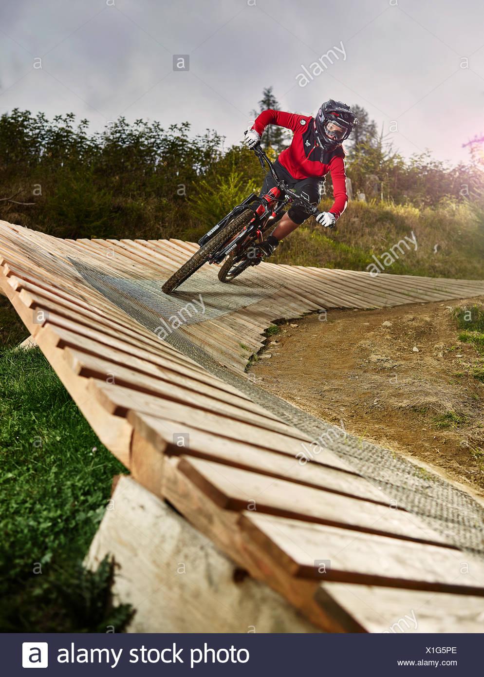 Mountain Biker, downhill biker in sella lungo una rampa in una curva ripida su un sentiero in discesa, Mutterer Alm, Muttereralmpark, Mutters Foto Stock