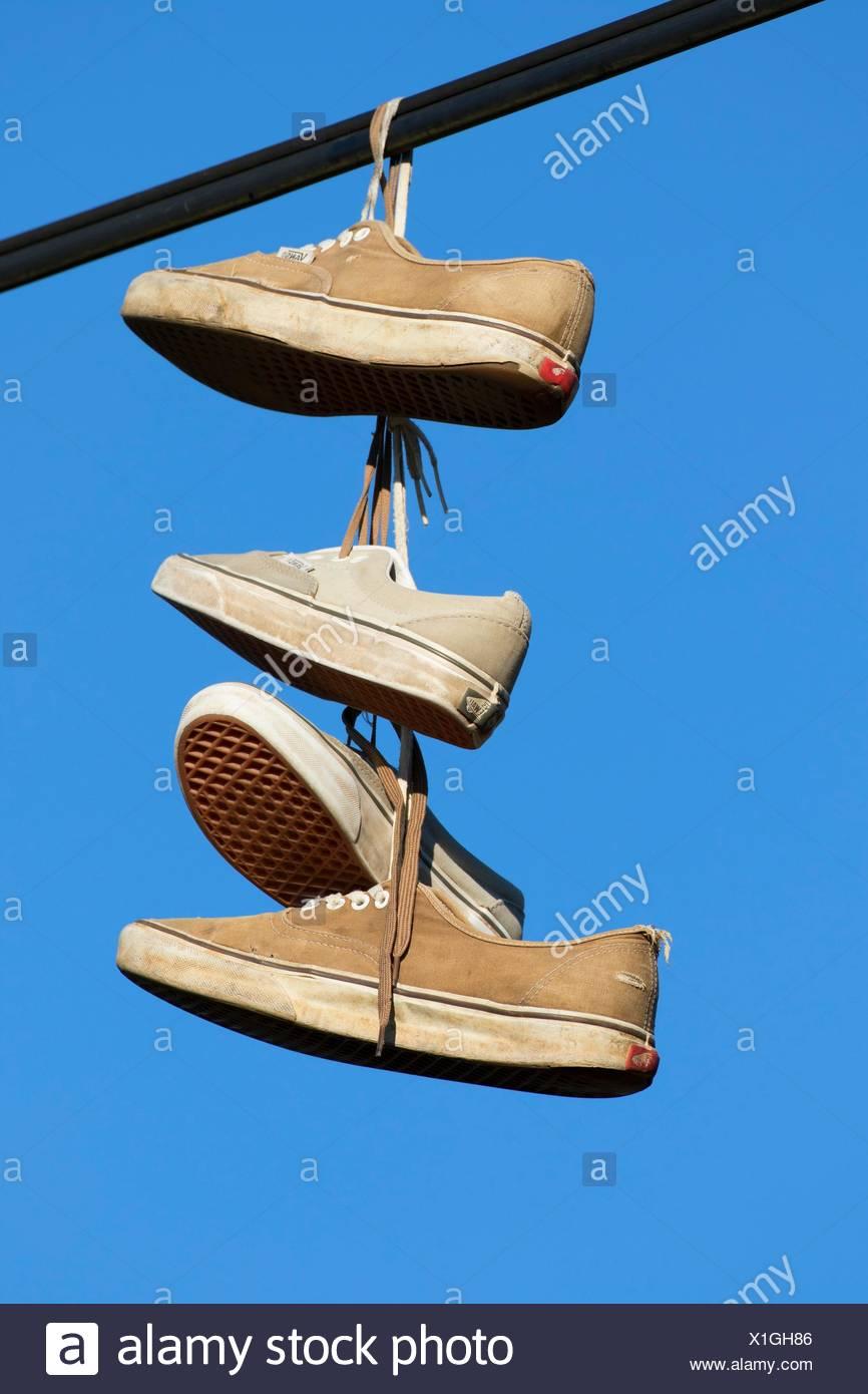 Sneakers appeso sul filo, Linn County, Oregon. Immagini Stock